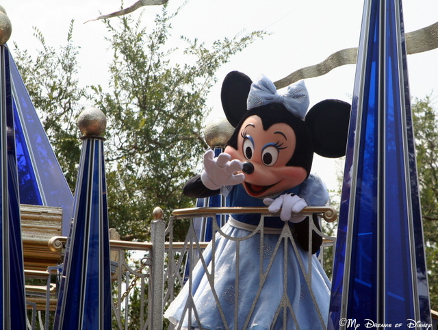 Minnie Mouse waves to the crowd by the Liberty Tree Tavern