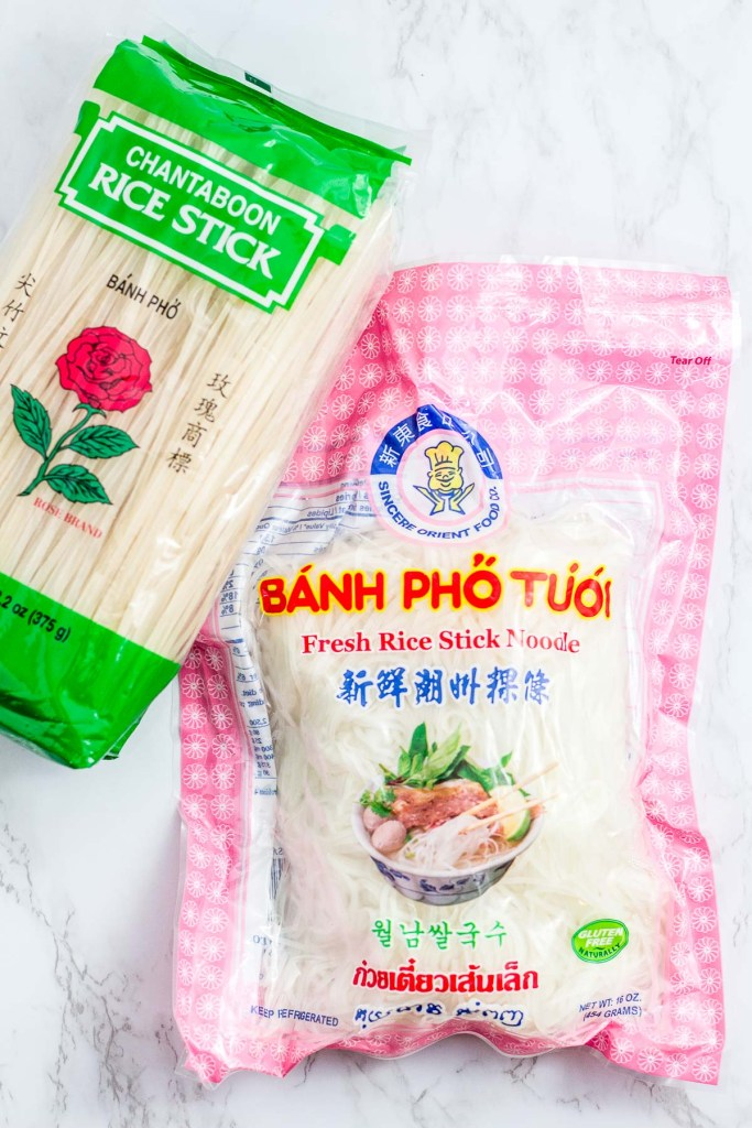 A picture of dried rice noodles and fresh rice noodles