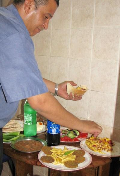 サンドイッチをつくるメトハト・アブデルラスール氏 (1)