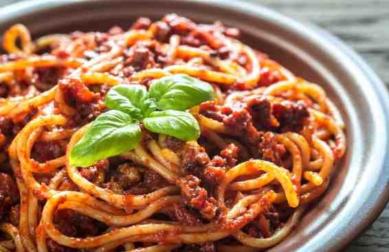 Makaronia me Kima recipe (Greek style spaghetti in meat sauce)