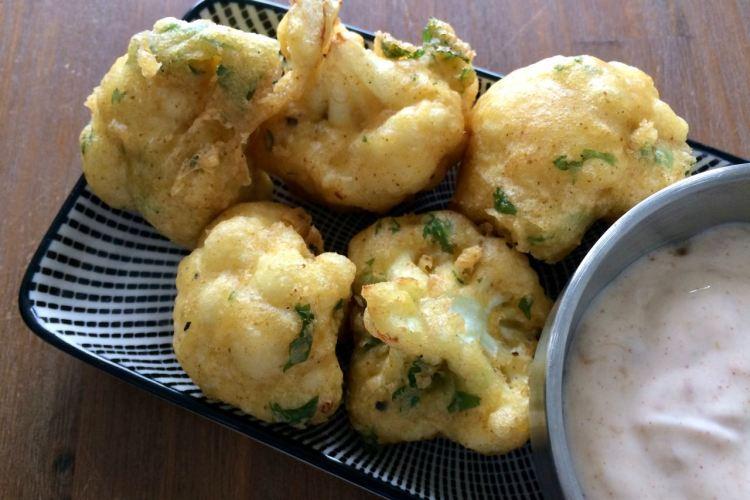 Gefrituurde Indiase bloemkoolroosjes of Bombay beignets