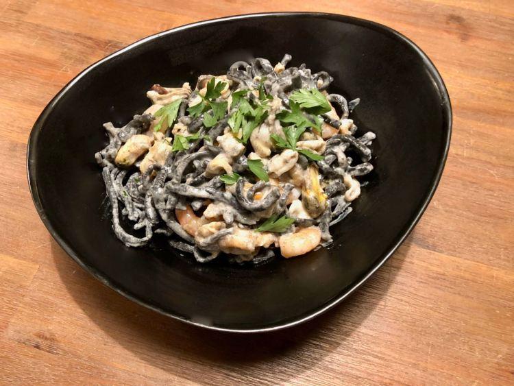 verse zwarte pasta frutti di mare
