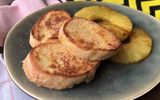 Tropische wentelteefjes met gebakken ananas