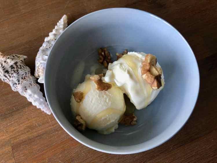 Griekse yoghurtijs met honing en walnoten