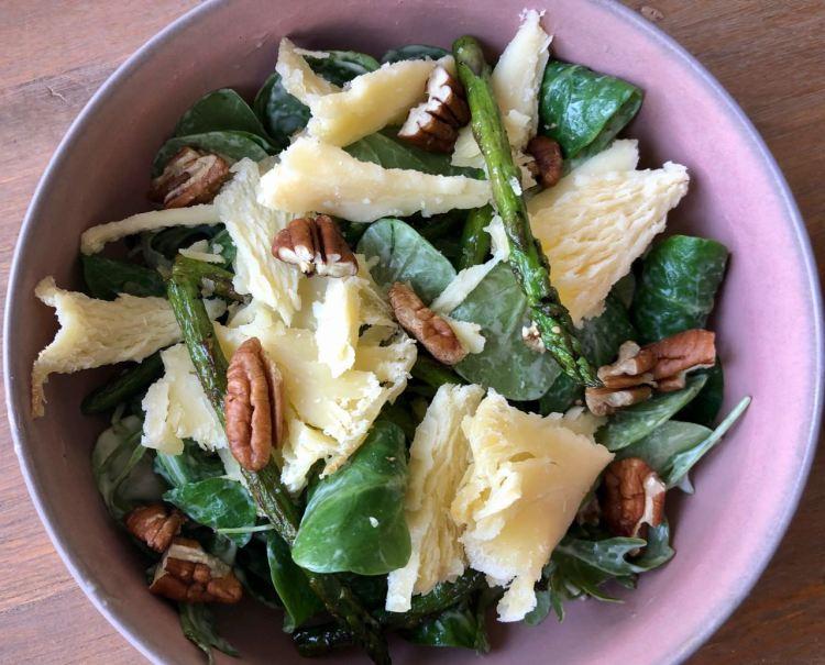 Téte de moine salade met groene asperge