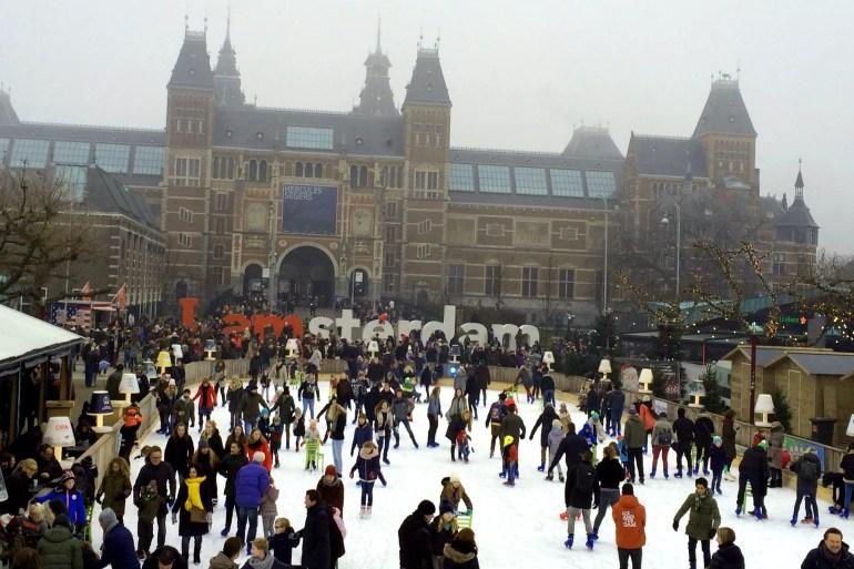 Vor dem Rijksmuseum gibt's die I amsterdam Buchstaben und eine Schlittschuhbahn