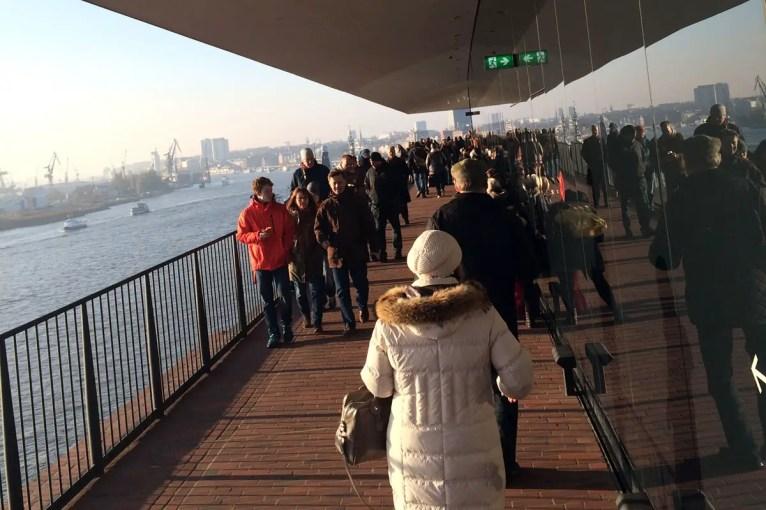 Hunderte von Besuchern täglich machen den Spaziergang über die Außenplaza