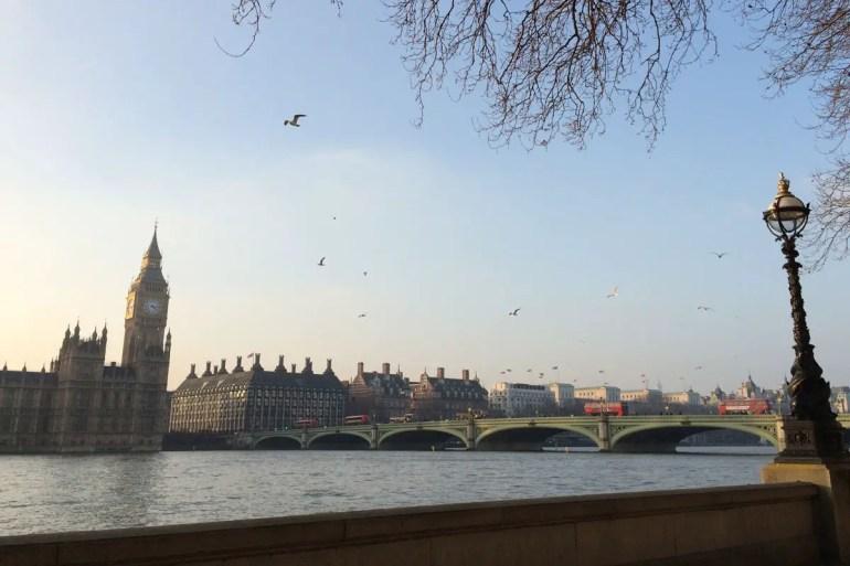 Blick auf Big Ben und die Westminster Bridge am Abend