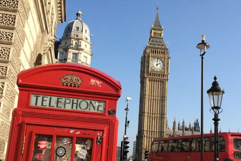 Gleich drei Londoner Wahrzeichen: Big Ben, Telefonzelle und Doppeldeckerbus