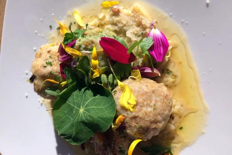 Südtiroler Knödel mit Kräutern und Blüten - einfach lecker!