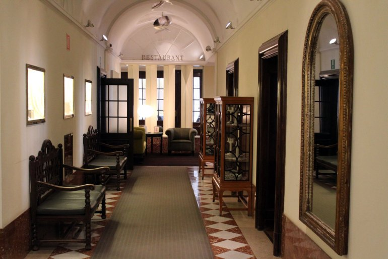 Wie hier im Flur zum Restaurant Laurin erinnern auch viele Möbelstücke an den Stil der Jahrhundertwende
