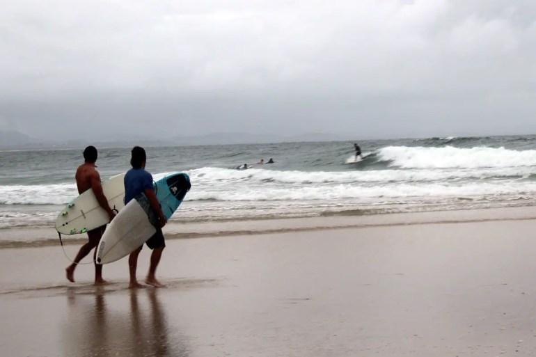 Egal bei welchem Wetter: abends noch schnell zum Surfen an den Strand