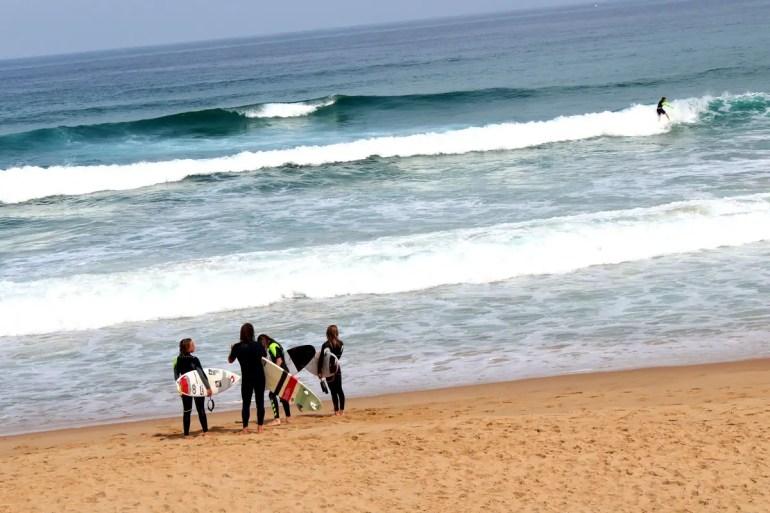 Sonntagsnachmittags mit dem Surfbrett an den Strand