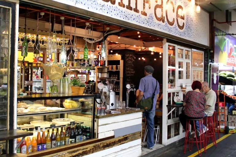 Zwischen den Marktständen gibt es immer wieder nette kleine Cafés