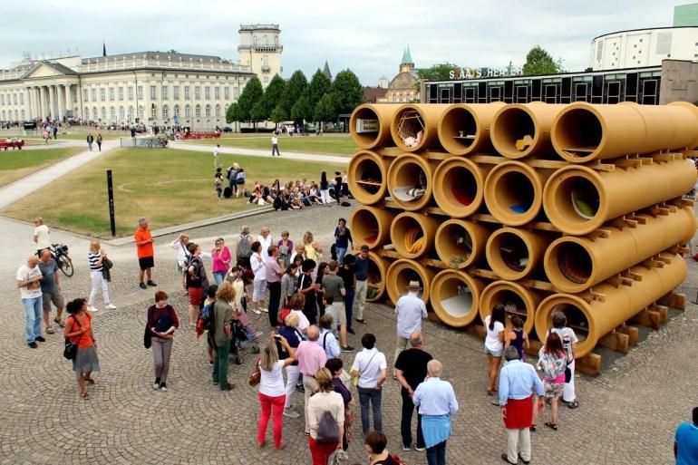 Regt zum Nachdenken an: die Röhren-Installation von Hiwa K