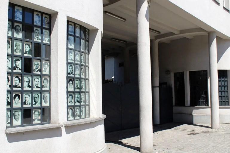 Am Eingang zu Schindlers Fabrik erinnern Fotos an die geretteten Juden