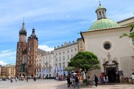 Die Marienkirche überragt den Platz, vorne die kleine Adalbertkirche