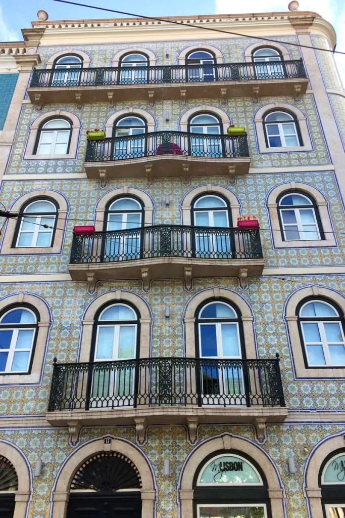Die mit bemalten Kacheln gestalteten Hauswände prägen das Straßenbild
