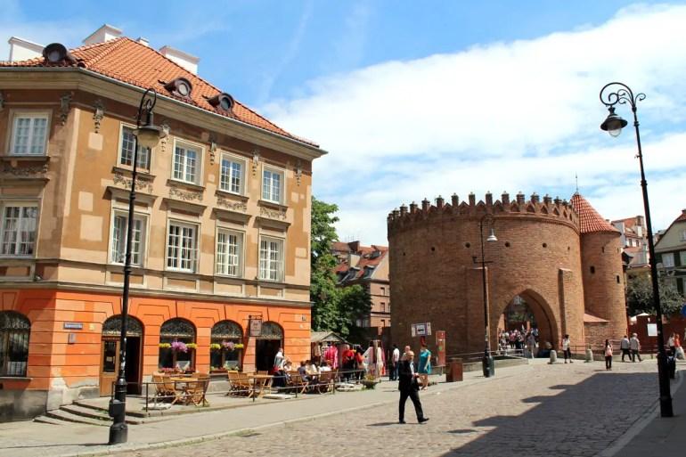 Barbakane und Stadtmauern umgeben die Altstadt