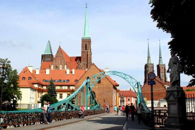 Die Dombrücke führt auf die Dominsel mit ihren Kirchen
