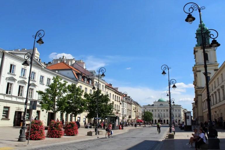 Die Krakowskie Przedmiescie (rechts die Heiligkreuzkirche) ist Teil von Warschaus Königsweg