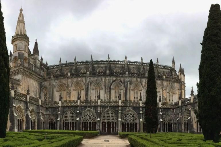 Aus dem Klostergarten hast du einen schönen Blick auf das Mosteiro Santa Maria da Vitoria in Batalha