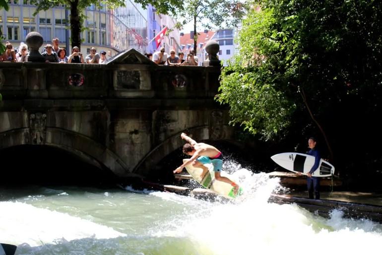 Immer eine Attraktion: die Surfer am Eisbach