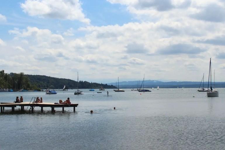 In Herrsching lädt der Ammersee zum Schwimmen und Relaxen ein