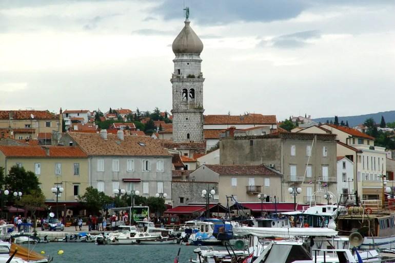Der Hafen von Krk auf Krk mit dem markanten Kirchturm der Frankopanen