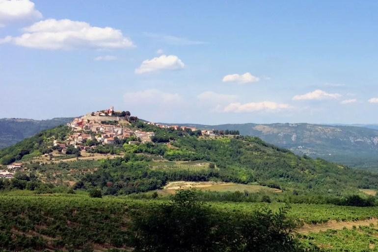 Motovun thront auf einem Bergkegel hoch über dem Mirnatal