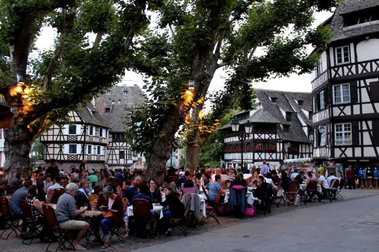 Schön am Abend: der Place Benjamin Zix in der Petite France