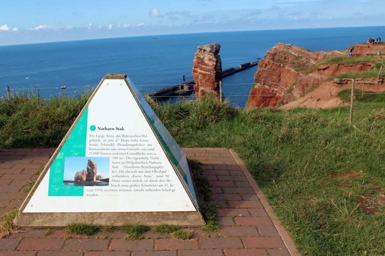 Auf dem Klippenrundweg erfahren Besucher auf verschiedenen Infotafeln Wissenswertes über Helgoland
