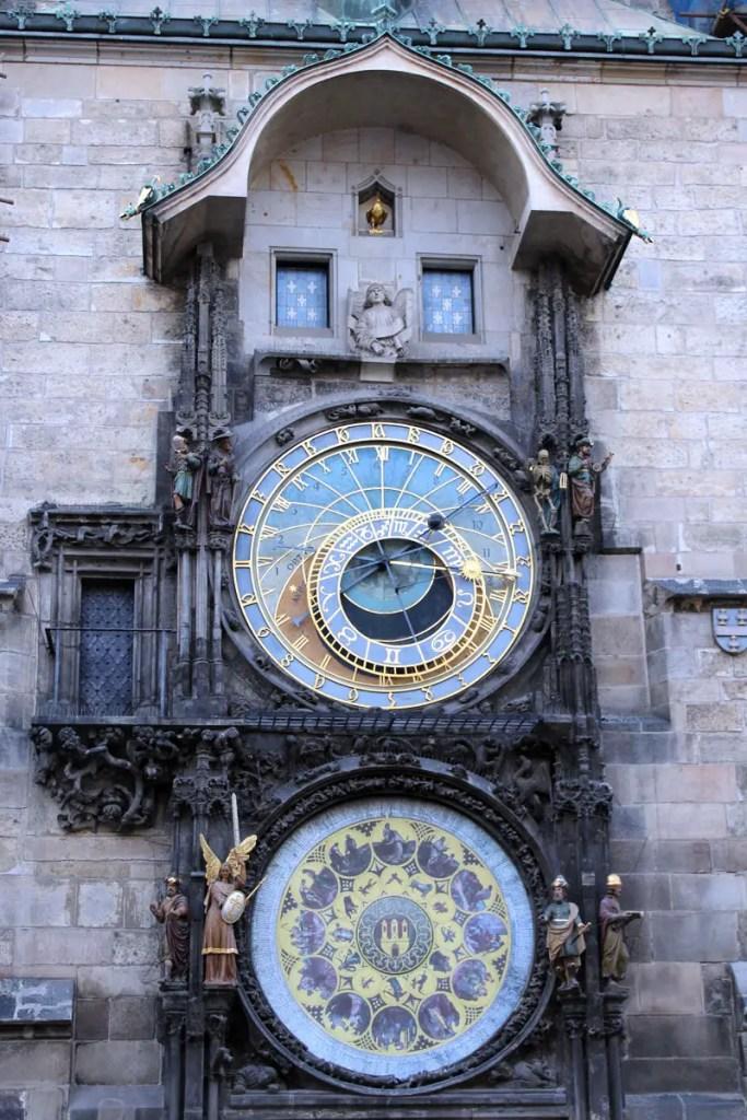 Die Astronomische Uhr am Altstädter Rathaus wird zu jeder vollen Stunde zur Attraktion