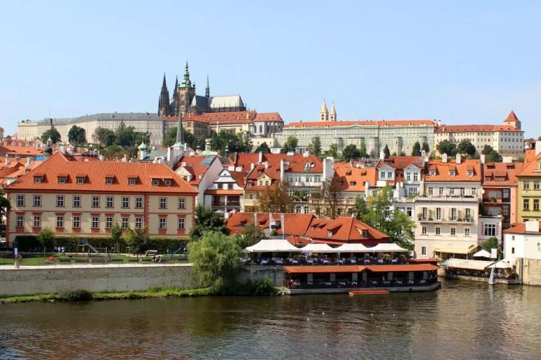 Von der Karlsbrücke eröffnen sich schöne Ausblicke auf die malerische Kleinseite