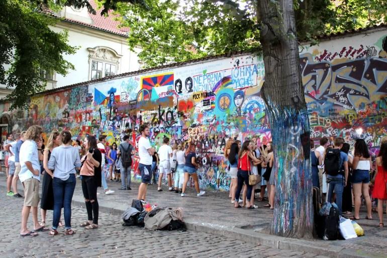 Früher Zeichen des Widerstands, heute Treffpunkt: die John-Lennon-Mauer