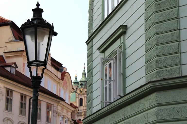 Auf der Kleinseite bieten sich immer wieder Ausblicke auf schöne Fassaden und die zahlreichen Kirchen