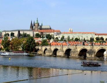 Drei der wichtigsten Sehenswürdigkeiten in Prag: Karlsbrücke und Moldau sowie der Hradschin