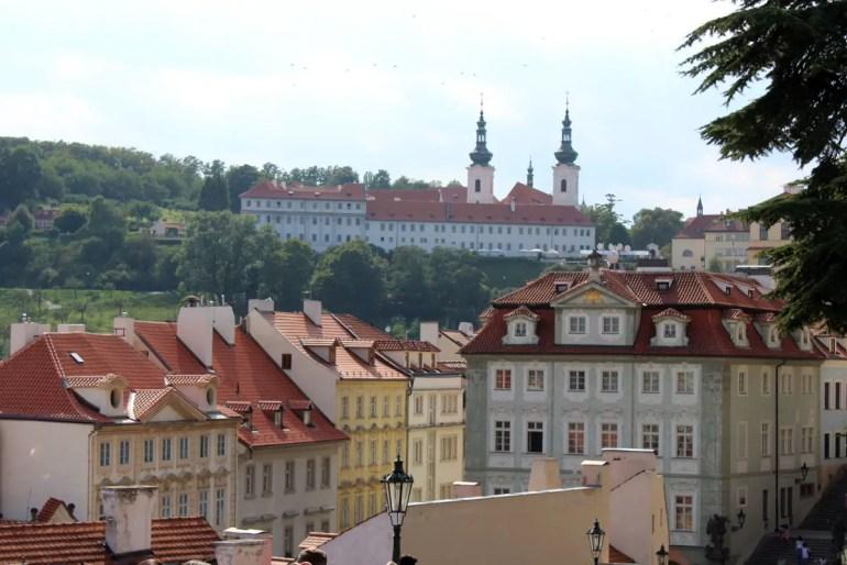 Vom Hradschin bietet sich ein schöner Blick über die Kleinseite bis zum Strahov-Kloster