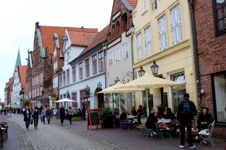 In Lüneburgs Altstadt gibt es viele hübsche Cafés und Restaurants und die höchste Kneipendichte nach Madrid