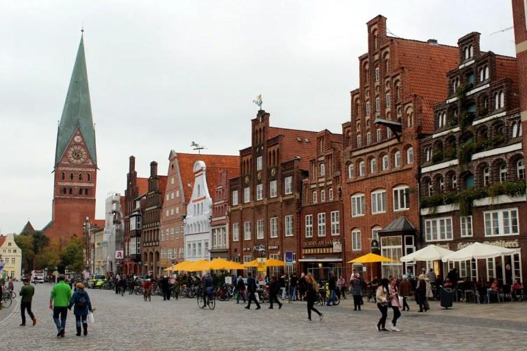 Der Platz Am Sande ist umgeben von mittelalterlichen Bürgerhäusern mit ihren wunderschönen Giebeln