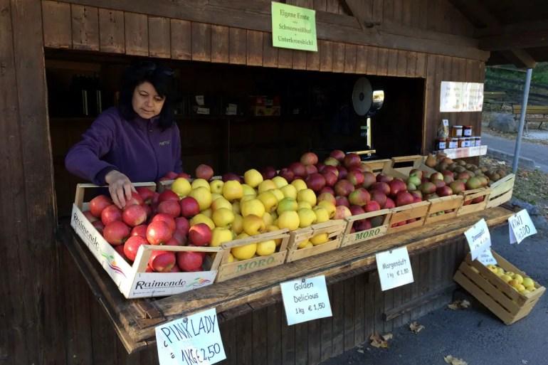 Während der Erntezeit findest du entlang des Weges immer wieder Stände mit frischen Südtiroler Äpfeln