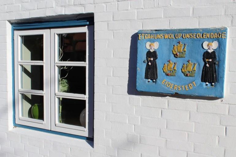 Im Ortskern von Dorf ist auch das Friesische immer wieder präsent