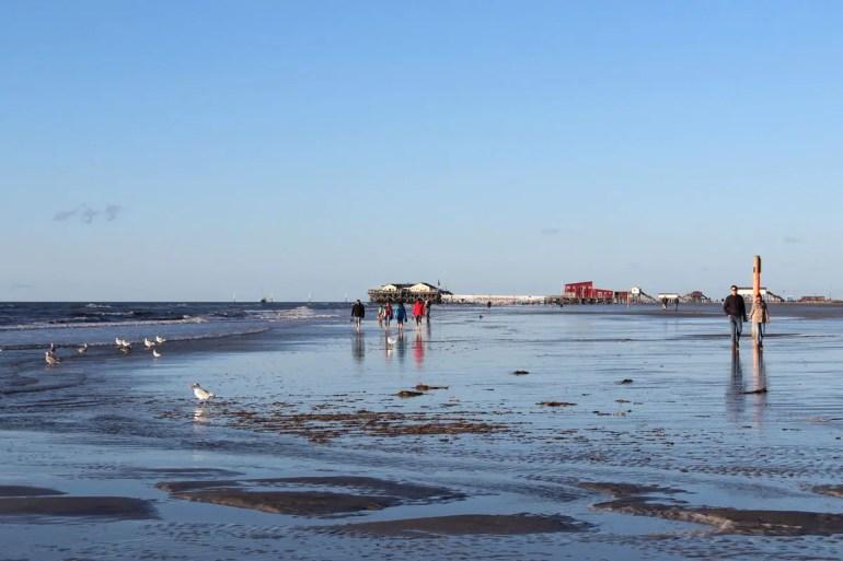 Noch stehen Reste von Salzwasser auf den weiten Wattflächen