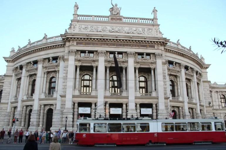 Die Ringbahn fährt einmal um die Innere Stadt - und hier am Burgtheater vorbei