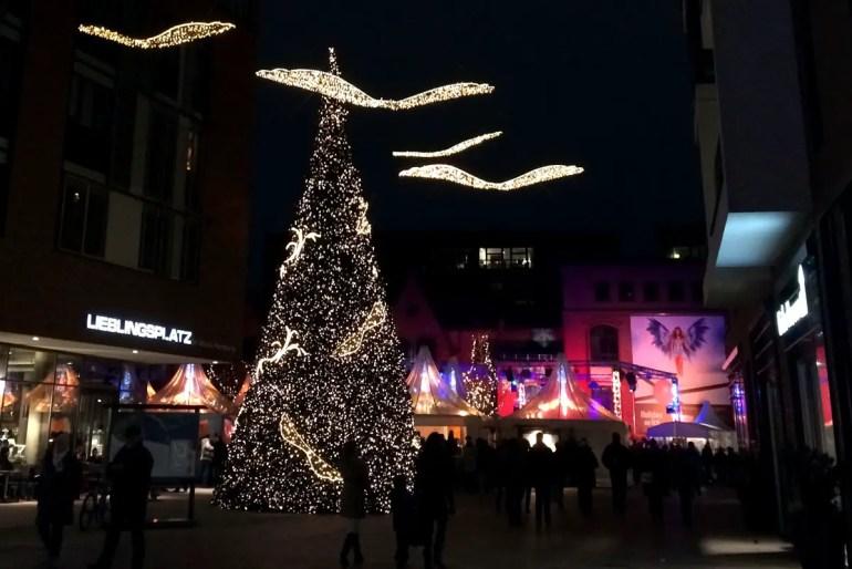 Stimmungsvoll am Abend: der Weihnachtsmarkt im Überseequartier in der HafenCity