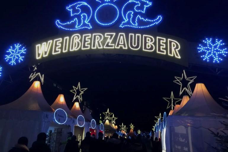 Am Jungfernstieg begrüßt der Weiße Zauber die Besucher direkt an der Binnenalster