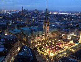 Der Weihnachtsmarkt vor dem Hamburger Rathaus ist noch recht jung und trotzdem ein beliebter Klassiker