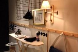 Das Bügelbrett und der Feudel an der Wand sorgen für Flair in der Dienstbotenkammer