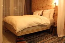 """Nette Details: Die gebrauchten Bücher als Bettstützen und """"Der Große Polt"""" neben dem Bett"""