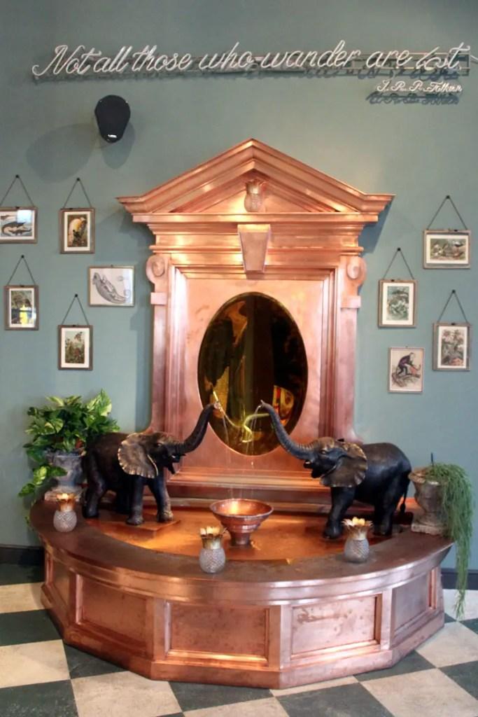 Mit dem pompösen Messingbrunnen im Eingangsbereich macht das 25hours The Royal Bavarian seinem Namen alle Ehre